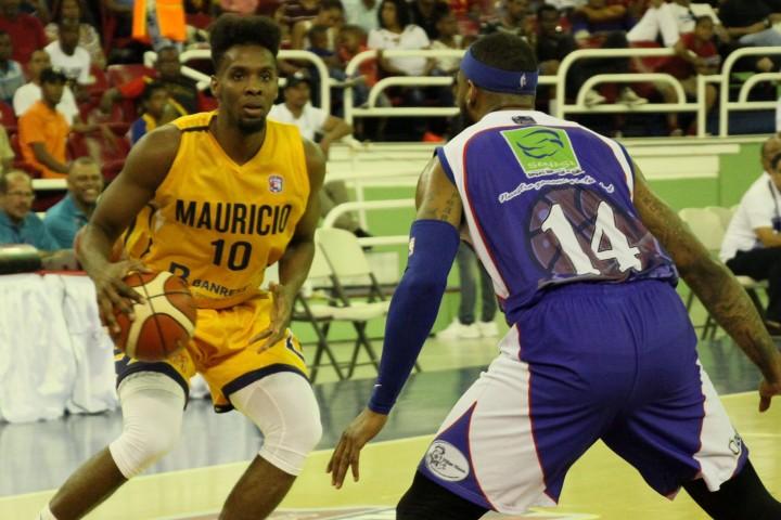Gerardo Suero, del club Mauricio Báez, defendido por Jonathan Moore, de San Lázaro