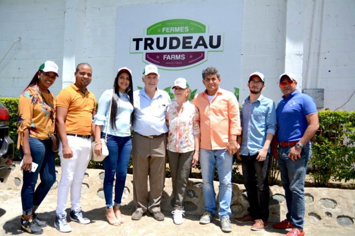 1 Betania Florentiino y acompañante, Dinanjelin Gutiérrez, Gerald Trudeau y esposa, acompañante de una de las ganadoras, Andrew Reyes y Franklin Liriano