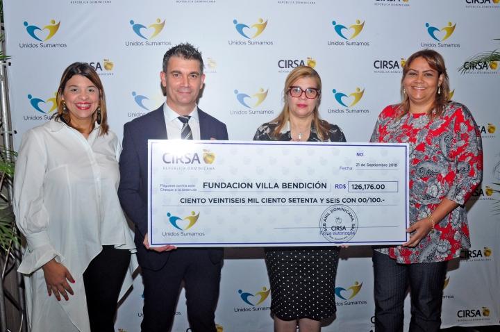 Wendelyn Issa, Daniel Castilla y representantes de Villa Fundación.jpg