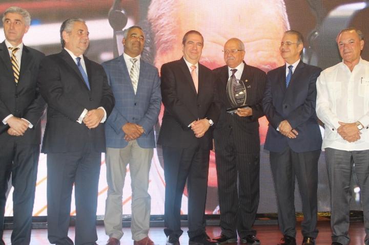Rodolfo Espinal reconocido como maestro de la comunicación y voz del turismo dominicano